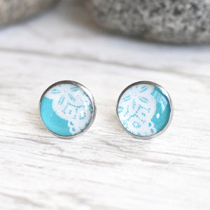 Stud earrings Lace 3 white on turquoise background