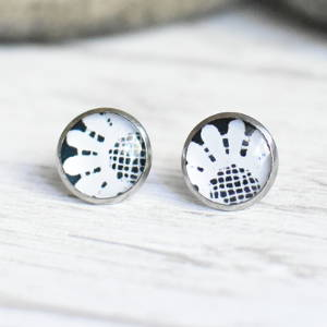 Stud earrings Lace 2 white on black background